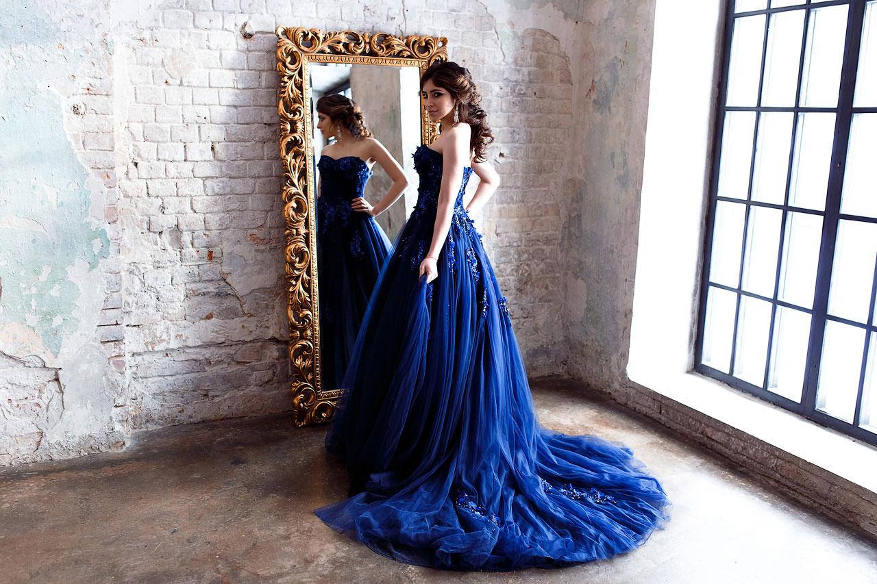 Синее платье с длинным шлейфом