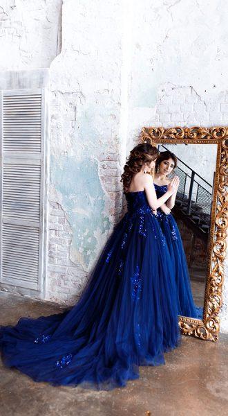 Синее платье с пышным шлейфом