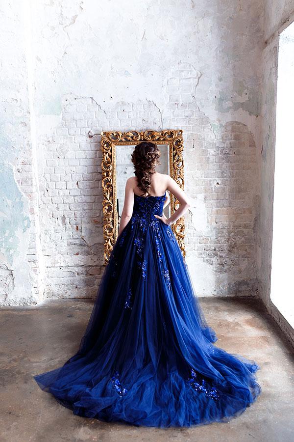 Синее платье с огромным шлейфом