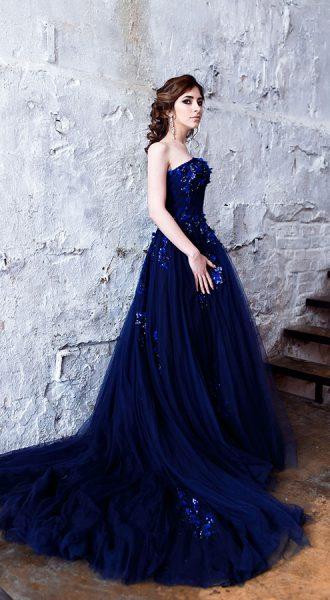 Синее платье с шикарным шлейфом