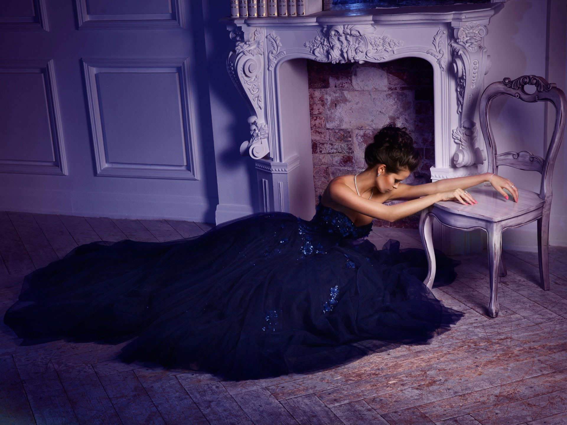 Темно-синее платье с кружевными аппликации
