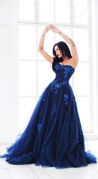 Красивое синее платье в аренду для смелого образа роковой женщины