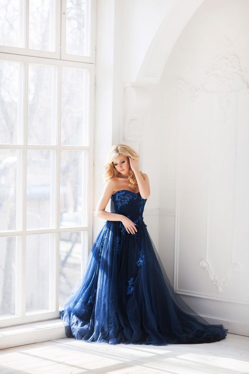 Корсетное платье насыщенного синего оттенка в аренду