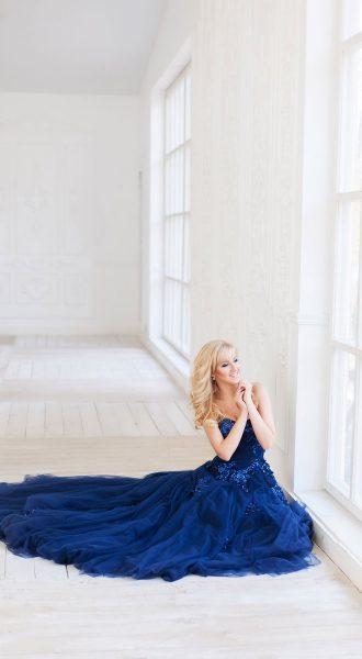 Фотосессия в синем платье из проката