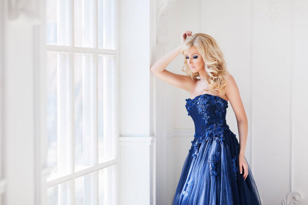 Платье синего цвета с длинным шлейфом