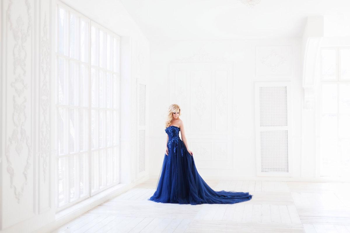 Загадочная блондинка в вечернем платье в пол
