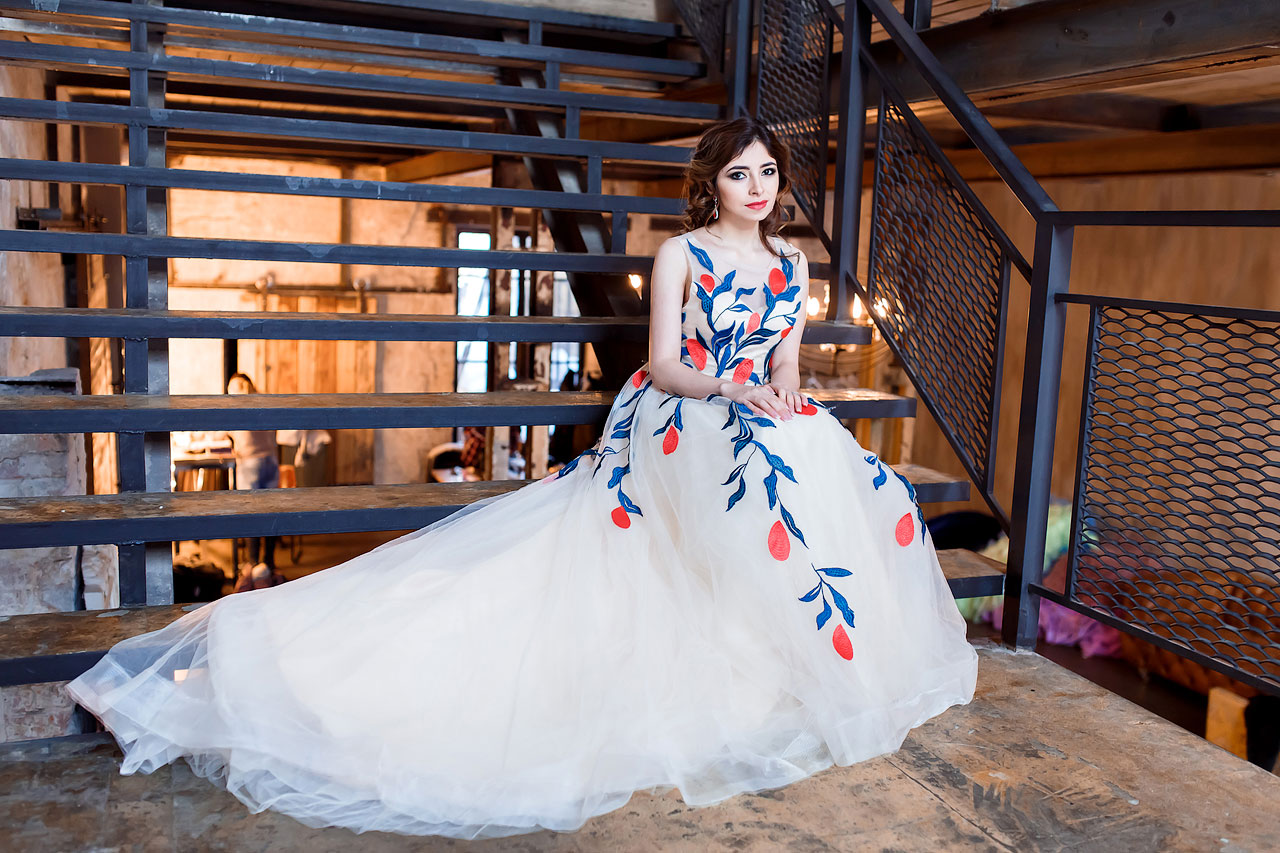 Сказочное платье с аппликацией из цветов