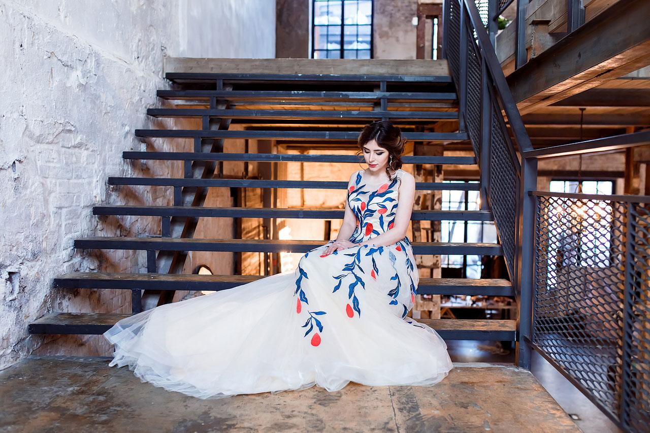 Утонченная девушка в белом платье