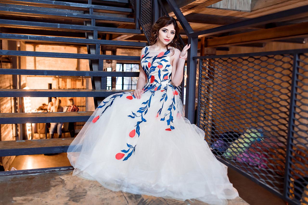 Девушка в бежевом платье с цветами
