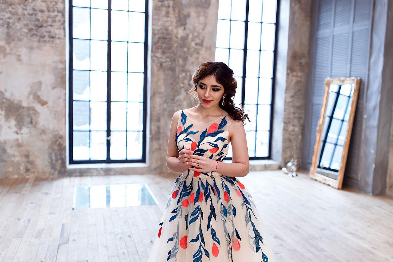 Бежевое платье с цветами в аренду