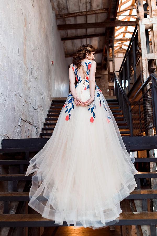 Бежевое платье с длинным шлейфом