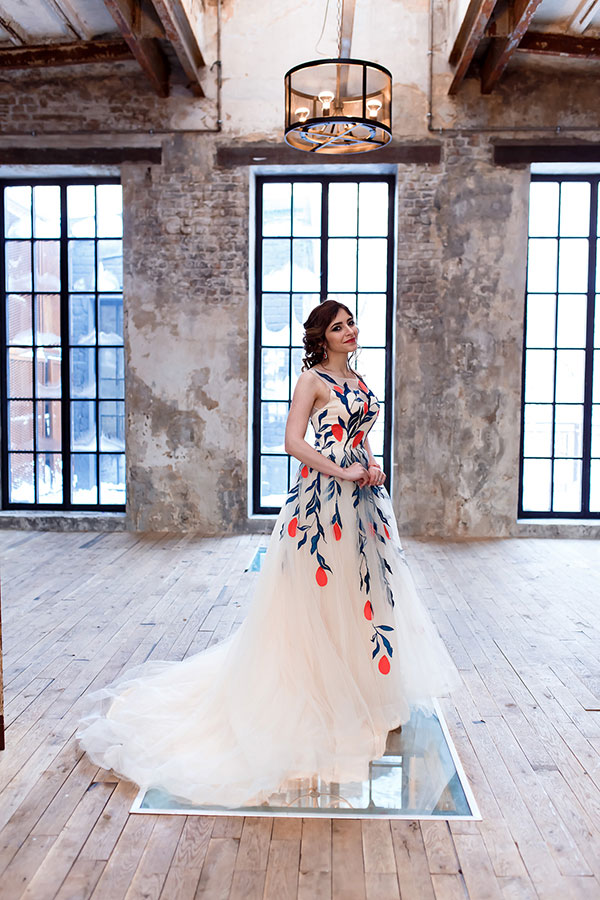 Пышное платье с красными цветами