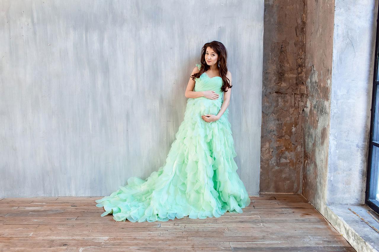 Салатовое платье, декорированное лепестками для фотосессии беременности