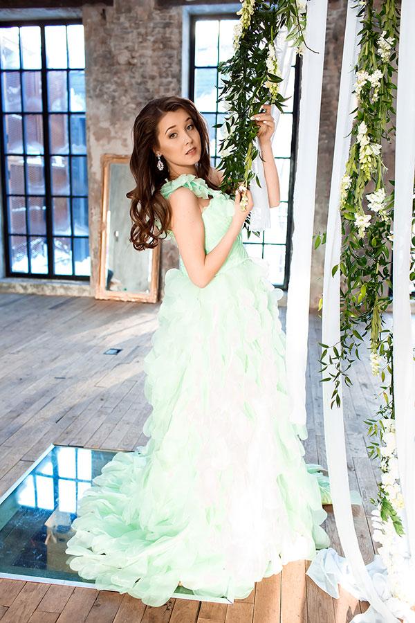 Нежно-зеленое платье с лепестками