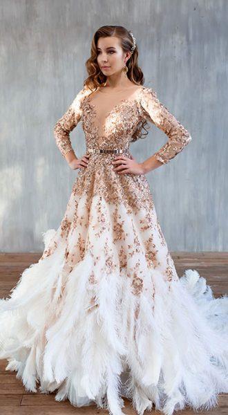 Аристократичное платье с перьями страуса в белоснежно-золотистых тонах