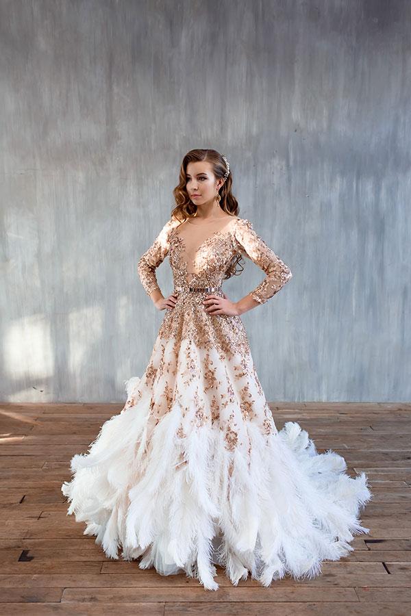 Платье со страусиными перьями на подоле