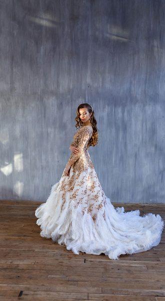 Платье с перьями страуса и золотым декором