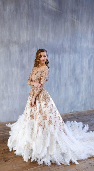 Золотое платье с перьями и длинным шлейфом