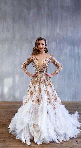 Золотое платье со страусиными перьями
