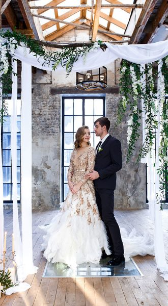 Свадебные фотографии в брутальном помещении с интерьером лофт