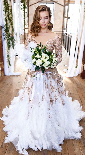 Изысканное платье с глубоким декольте и перьями