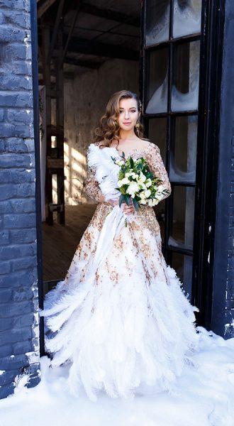 Пышное платье с перьями