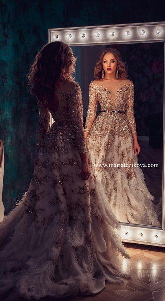Платье с перьями для гламурного лука