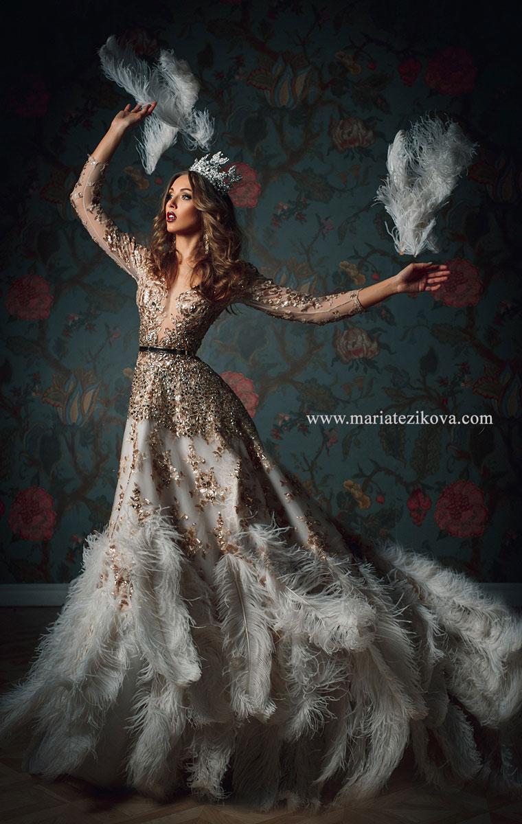 Шикарное платье с перьями