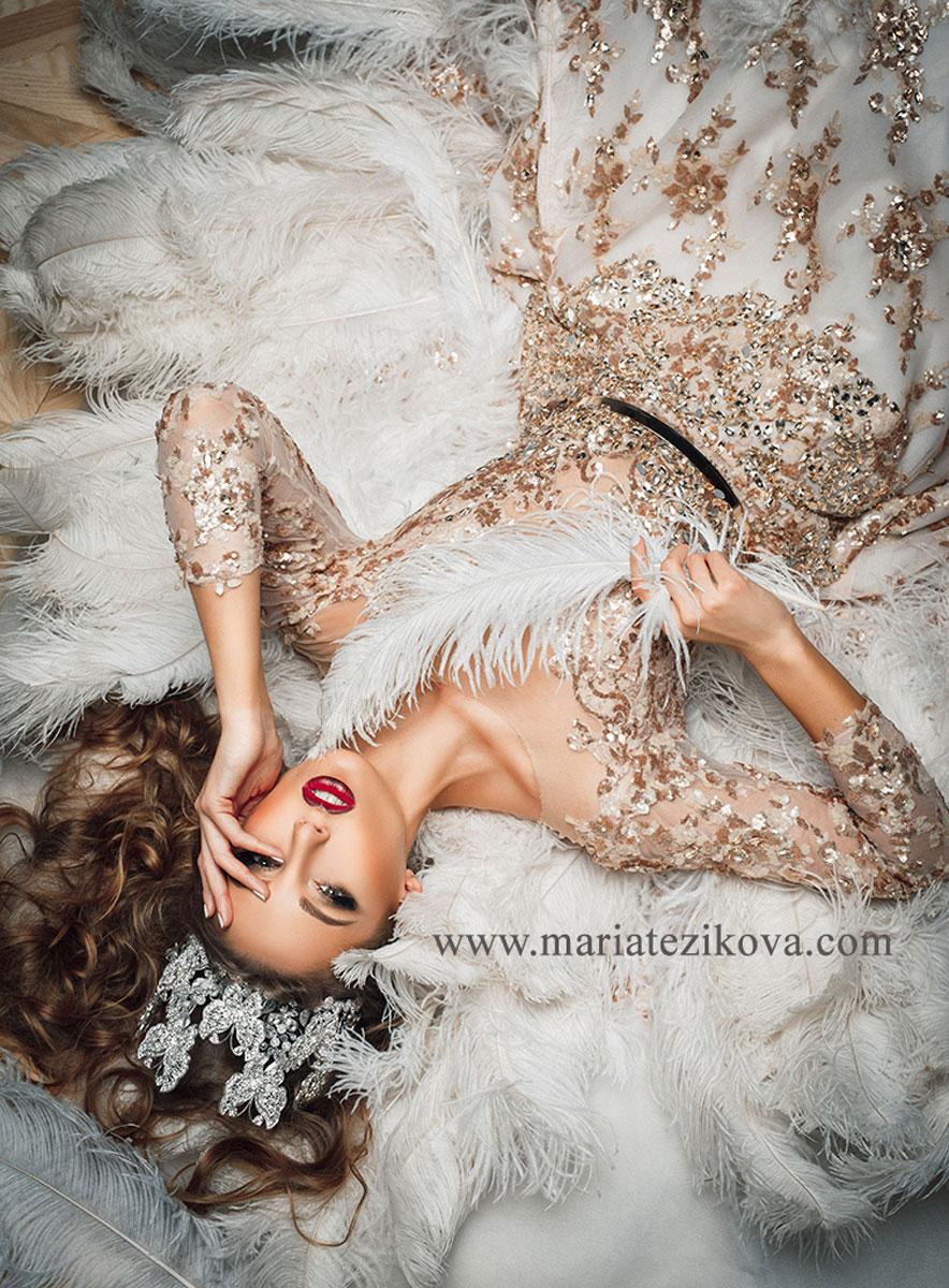 Золотое платье с перьями