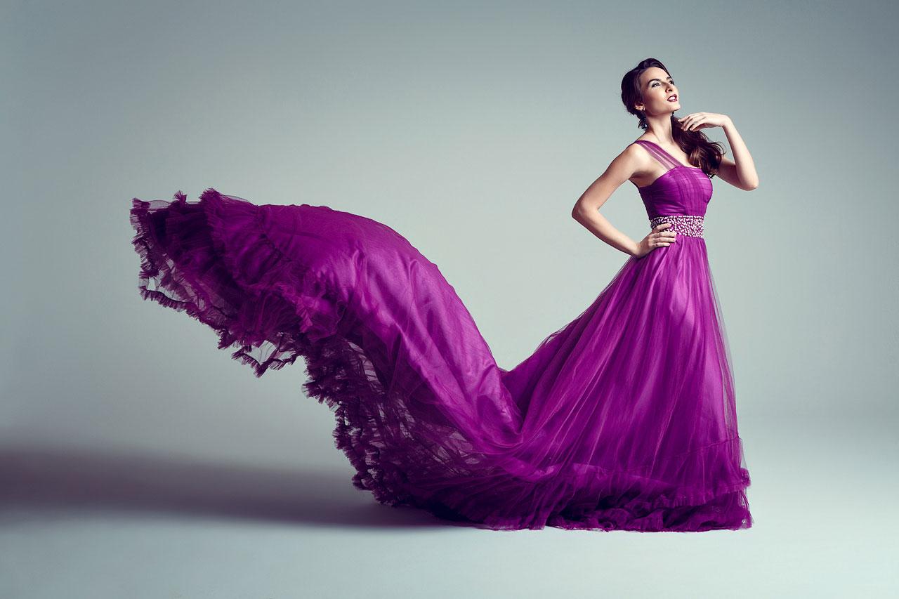 Лиловое платье с длинным шлейфом, украшенным воланами с рюшами из шифона