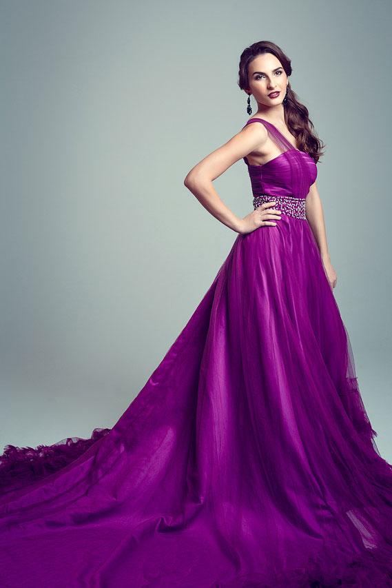 Яркое фиолетовое платье с длинным шлейфом