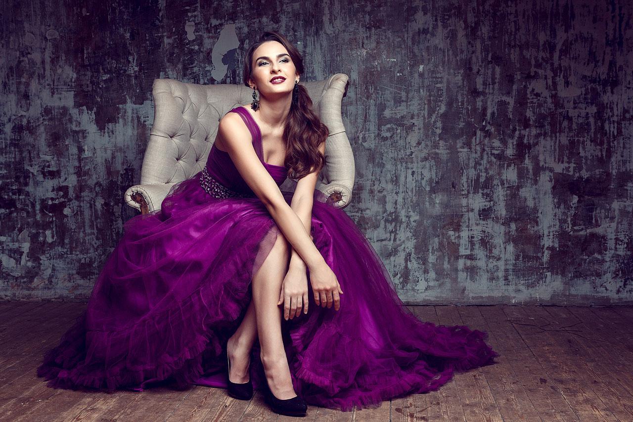 Таинственный образ в лиловом платье