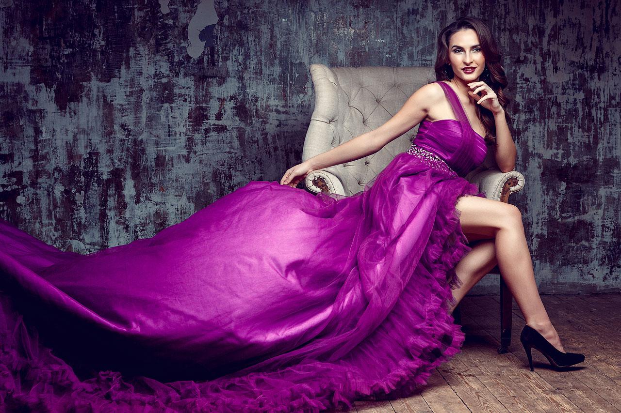 Платье со шлейфом яркого лилового оттенка
