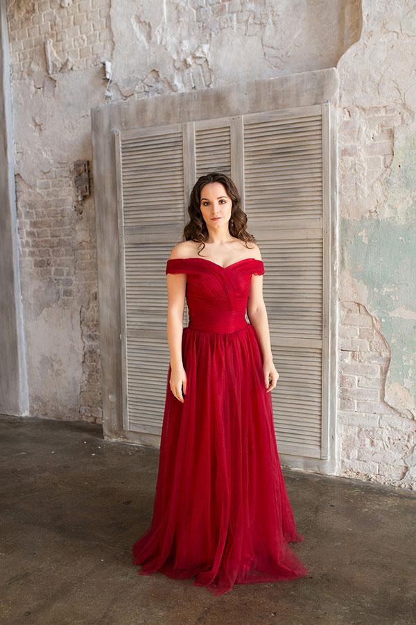 Алое платье с открытыми плечами напрокат