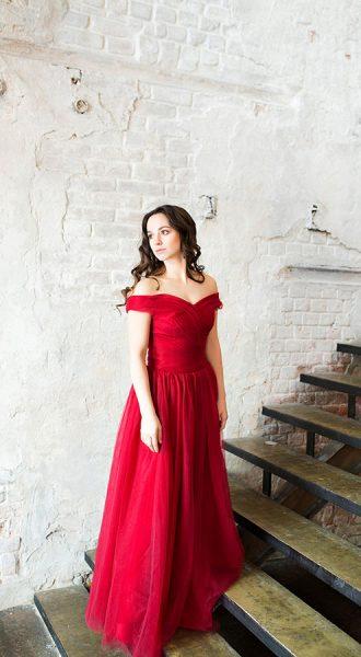 Утонченное малиновое платье с открытыми плечами
