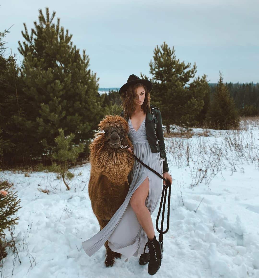 Съемки зимой в платье с альпакой