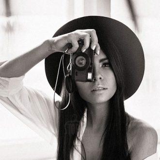 Девушка в черной фетровой шляпе с полями