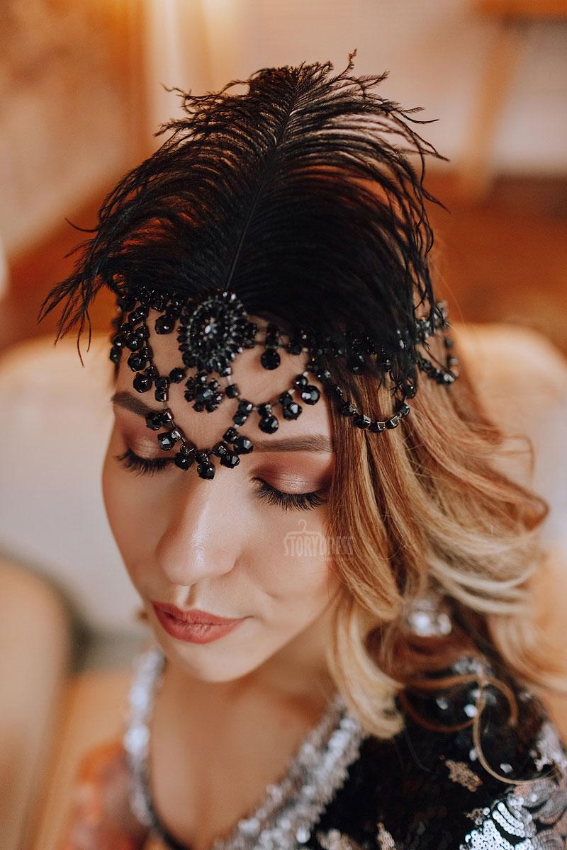 Повязка на голову со страусиным пером. Сделана из камней черного цвета. Хорошо сочетается со стилем 20х-30х годов, стилем Гэтсби, Великолепный век.