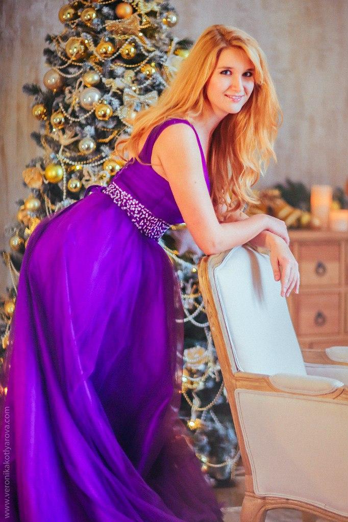 Атласное платье в пол сливового цвета