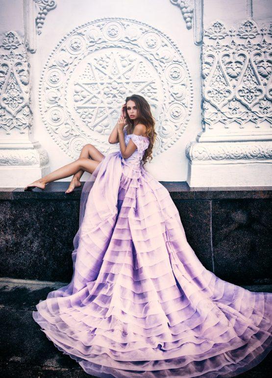 Шатенка в эффектном платье с длинным шлейфом