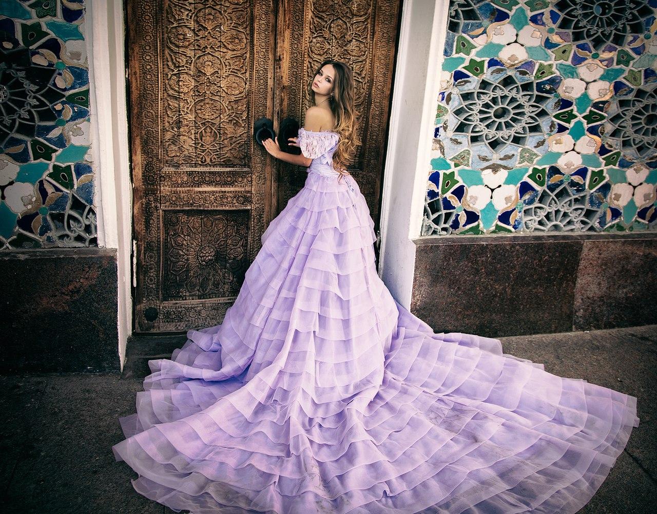 Платье цвета лаванды с огромным шлейфом