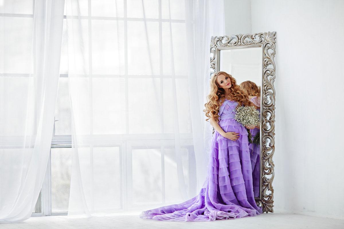 Фото беременности в сиреневом платье