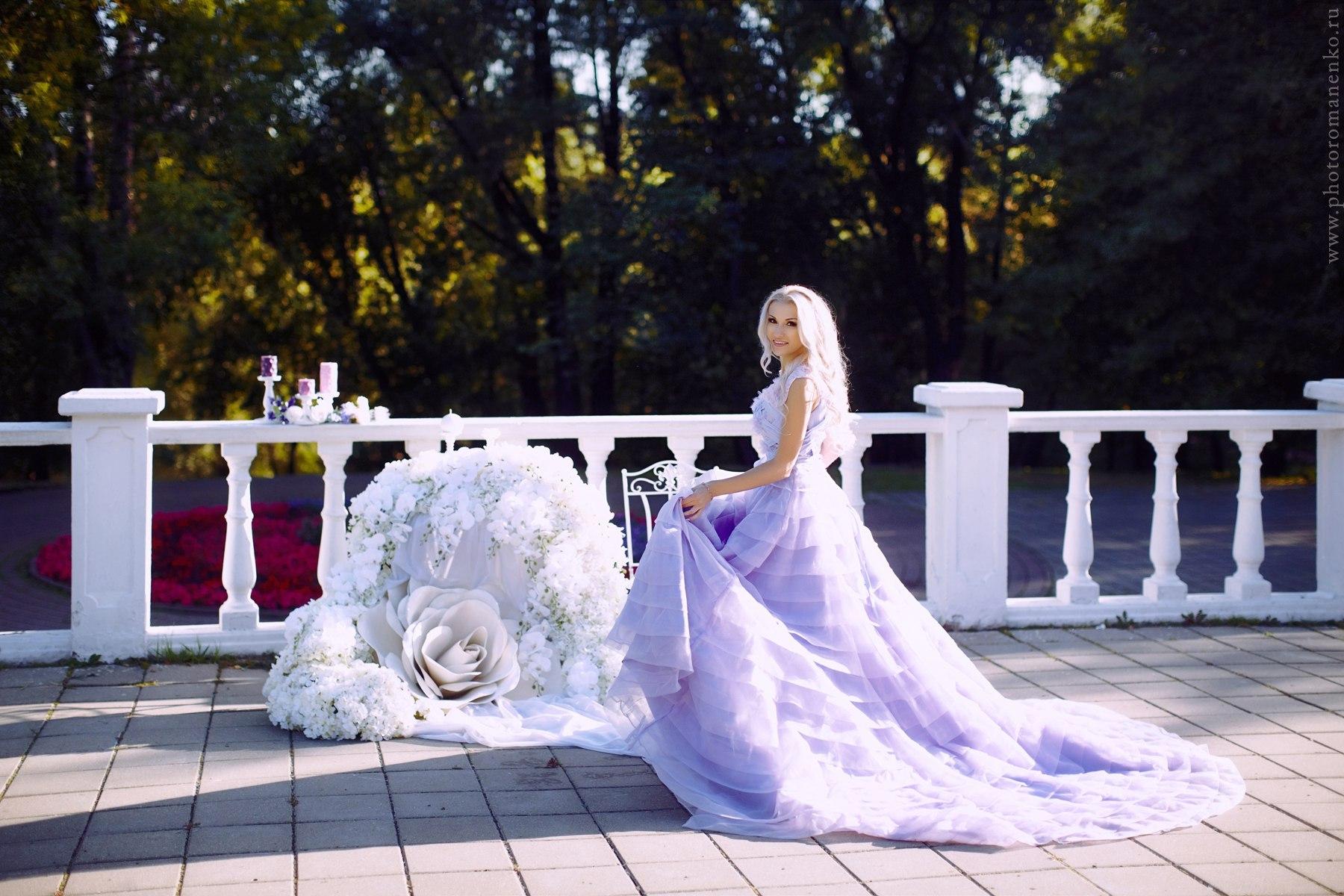 Фотосессия блондинки на крыльце с балюстрадой