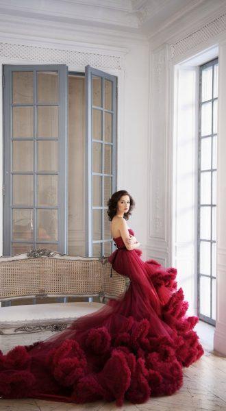 Бордовое платье с пушистым шлейфом