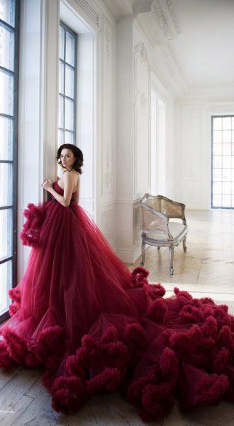 Платье с пышным шлейфом цвета молодого бургундского вина