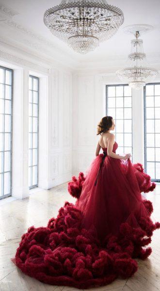 Платье с огромным шлейфом в ярко-красном цвете