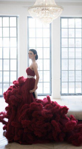 Роскошное платье облако бордового цвета