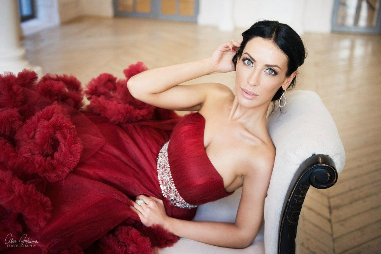 Пышное бордовое платье-облако с серебристым поясом