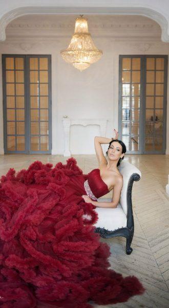Шикарное платье цвета красного вина