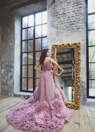 Платье сиреневого оттенка с пышным шлейфом